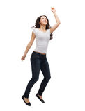 Adolescente en el salto en blanco blanco de la camiseta Imagen de archivo libre de regalías