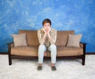 Adolescente en el sofá Fotos de archivo