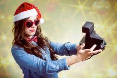 Adolescente en el sombrero de la Navidad que hace selfi con Fotografía de archivo libre de regalías