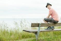 Adolescente en el sombrero que mira sobre hombro Imagen de archivo