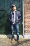 Adolescente en el sombrero (retrato integral) en el stre holandés Imágenes de archivo libres de regalías