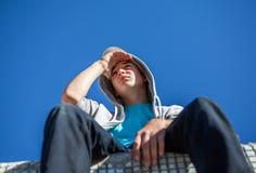 Adolescente en el tejado Fotografía de archivo