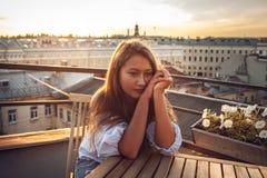 Adolescente en el tejado Foto de archivo libre de regalías