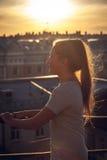 Adolescente en el tejado Fotos de archivo libres de regalías