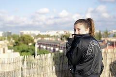 Adolescente en el tejado de un edificio Foto de archivo libre de regalías