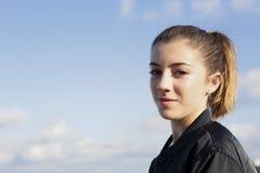 Adolescente en el tejado de un edificio Imagenes de archivo
