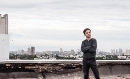 Adolescente en el tejado de un edificio alto Imagen de archivo libre de regalías