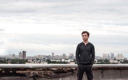 Adolescente en el tejado de un edificio alto Foto de archivo libre de regalías