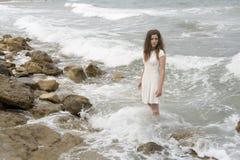 Adolescente en el vestido blanco Imágenes de archivo libres de regalías