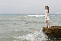 Adolescente en el vestido blanco Foto de archivo libre de regalías