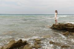 Adolescente en el vestido blanco Foto de archivo