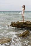 Adolescente en el vestido blanco Imagenes de archivo