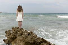 Adolescente en el vestido blanco Fotografía de archivo libre de regalías