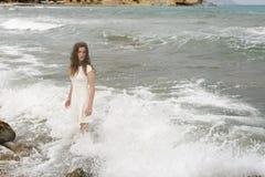 Adolescente en el vestido blanco Imagen de archivo libre de regalías