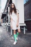 Adolescente en el vestido blanco que se coloca en la calle Imágenes de archivo libres de regalías