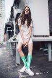 Adolescente en el vestido blanco y calcetines en la calle Foto de archivo libre de regalías