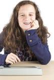 Adolescente en ella tableta Fotos de archivo libres de regalías