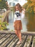 Adolescente en falda corta corta en el puente fotos de archivo