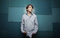 Adolescente en fondo azul abstracto Fotos de archivo libres de regalías