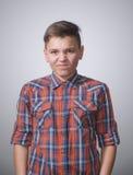 Adolescente en fondo blanco grisáceo Fotografía de archivo libre de regalías