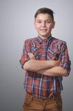 Adolescente en fondo blanco grisáceo Imagen de archivo libre de regalías