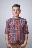 Adolescente en fondo blanco grisáceo Imágenes de archivo libres de regalías