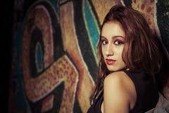 Adolescente en fondo de la pintada. Muchacha contra wall.urban pintado Fotografía de archivo