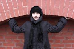 Adolescente en fondo del ladrillo Imagen de archivo