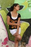 Adolescente en fondo urbano colorido Imágenes de archivo libres de regalías