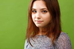 Adolescente en fondo verde Fotografía de archivo libre de regalías