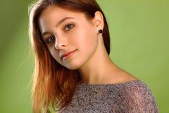 Adolescente en fondo verde Foto de archivo libre de regalías