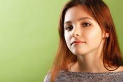 Adolescente en fondo verde Fotos de archivo libres de regalías