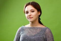Adolescente en fondo verde Fotos de archivo