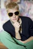 Adolescente en gafas de sol divertidas Fotografía de archivo libre de regalías