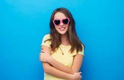 Adolescente en gafas de sol en forma de coraz?n imagenes de archivo
