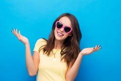 Adolescente en gafas de sol en forma de coraz?n foto de archivo libre de regalías