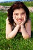 Adolescente en hierba Imagenes de archivo