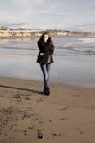 Adolescente en invierno en la apariencia vintage de la playa Fotos de archivo