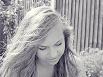 Adolescente en jardín Foto de archivo