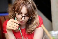 Adolescente en jugo de consumición rojo Fotografía de archivo libre de regalías