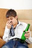 Adolescente en la adicción al alcohol Imágenes de archivo libres de regalías