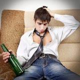Adolescente en la adicción al alcohol Imagen de archivo libre de regalías