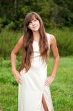 Adolescente en la alineada blanca en la naturaleza Fotografía de archivo