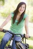 Adolescente en la bicicleta Fotos de archivo