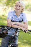 Adolescente en la bicicleta Imágenes de archivo libres de regalías