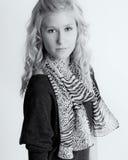 Adolescente en la bufanda animal de la impresión Fotografía de archivo libre de regalías
