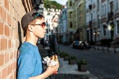 Adolescente en la calle en verano Fotos de archivo libres de regalías