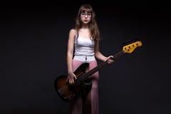 Adolescente en la camisa blanca con la guitarra Fotos de archivo libres de regalías
