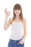 Adolescente en la camiseta blanca que muestra la muestra aceptable aislada en blanco Fotos de archivo libres de regalías