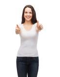 Adolescente en la camiseta blanca que muestra los pulgares para arriba Imágenes de archivo libres de regalías